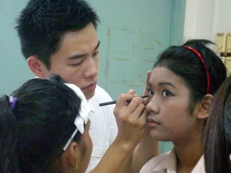 applying_kohl_pencil_eyeliner_img